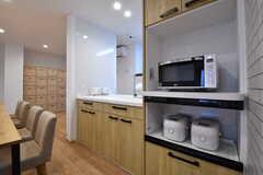 収納棚にはキッチン家電が並んでいます。奥に専有部ごとの収納ボックスが用意されています。(2019-04-03,共用部,KITCHEN,1F)