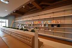 本棚の様子。様々な洋書が飾られています。(2017-04-05,共用部,LIVINGROOM,1F)