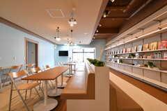 ラウンジの様子3。奥がカフェスペースの様子。(2017-04-05,共用部,LIVINGROOM,1F)