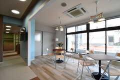 カフェスペースの様子5。TVの脇がキッチンです。(2017-04-05,共用部,LIVINGROOM,1F)
