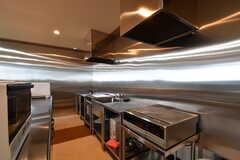 キッチンの様子2。IHクッキングヒーターとシンクは2箇所ずつ設置されています。(2017-04-05,共用部,KITCHEN,1F)