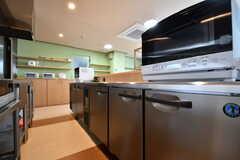 冷蔵庫の様子。奥が収納棚です。(2017-04-05,共用部,KITCHEN,1F)