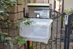 郵便受けの下に宅配ボックスが設置されています。(2021-04-20,周辺環境,ENTRANCE,1F)