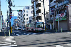 シェアハウスから東葉勝田台駅へ向かう道の様子。バスが通っています。(2017-04-19,共用部,ENVIRONMENT,1F)