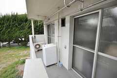ベランダに設置された洗濯機の様子。(2009-02-26,共用部,LAUNDRY,1F)