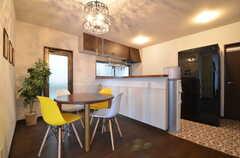 リビングの様子3。キッチンが併設されています。(2015-11-10,共用部,LIVINGROOM,1F)
