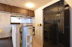 キッチンの様子。冷蔵庫はかなり大型のタイプです。(2015-11-10,共用部,KITCHEN,1F)