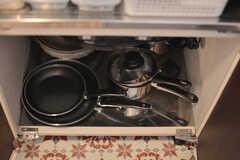 フライパンや鍋類はヒーターの下に収納されています。(2015-11-10,共用部,KITCHEN,1F)
