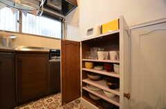 食器棚の様子。事業者さんがリメイクしたそう。(2015-11-10,共用部,KITCHEN,1F)