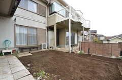 庭の様子2。隣には事業者さんが住んでいます。(2015-11-10,共用部,OTHER,1F)
