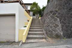 玄関へは階段を上ります。(2016-06-06,周辺環境,ENTRANCE,1F)