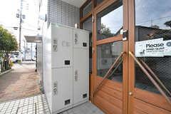 玄関前に宅配ボックスが設置されています。(2017-02-06,周辺環境,ENTRANCE,1F)