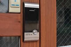 ドアの鍵はナンバー式のオートロックです。(2017-02-06,周辺環境,ENTRANCE,1F)