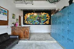 玄関から見た内部の様子。正面には福岡のアーティストによって描かれたチョークアートがあります。(2017-02-06,周辺環境,ENTRANCE,1F)