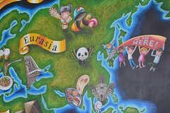 世界の人たちが集まるイメージで、世界地図が描かれています。(2017-02-06,周辺環境,ENTRANCE,1F)
