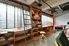 海外の書店のような、はしご付きの本棚。(2017-02-06,共用部,LIVINGROOM,1F)
