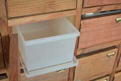 収納棚にはボックスが設置されていて、食品などを保管しておけます。(2017-02-06,共用部,LIVINGROOM,1F)