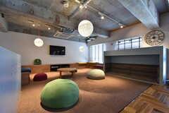 脚を投げ出して座れるスペース。(2016-07-05,共用部,LIVINGROOM,1F)