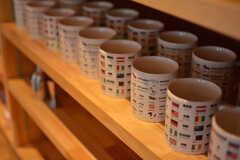英語も日本語も学べるマグカップがずらり。(2016-07-05,共用部,KITCHEN,1F)
