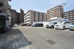 シェアハウスはコンビニの駐車場の奥に建っています。(2016-08-02,共用部,OTHER,1F)