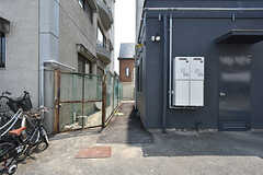 建物の脇を通って玄関にアクセスします。(2016-08-02,周辺環境,ENTRANCE,1F)