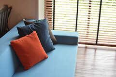 青いソファが目を引きます。(2016-08-02,共用部,LIVINGROOM,1F)
