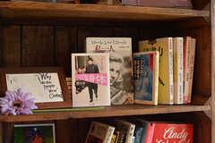 本はテーマごとに並んでいます。ここの棚は「ファッション」。(2016-08-02,共用部,LIVINGROOM,1F)
