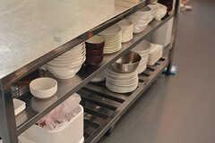 食器類はオープンタイプの棚に収納されています。(2016-08-02,共用部,KITCHEN,1F)