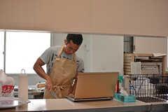 調理中の入居者さん。(2016-08-02,共用部,KITCHEN,1F)