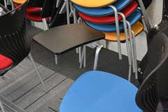 メモが取れるように、椅子には小さな折りたたみ式のテーブルがついています。(2016-08-02,共用部,OTHER,1F)