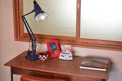 ドミトリーの場合は、机がひとり分ずつ設置されています。モデルルームです。(208号室)(2016-08-02,専有部,ROOM,2F)
