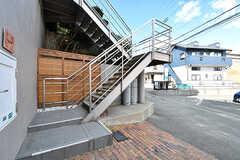 玄関は階段を上った先にあります。奥の建具は元々和室にあったものを使っているそう。(2017-02-06,共用部,OTHER,1F)