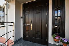 シェアハウスの玄関ドア。(2017-02-06,周辺環境,ENTRANCE,1F)