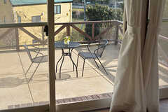 掃き出し窓からはテラスに出られます。(2017-02-06,共用部,LIVINGROOM,1F)