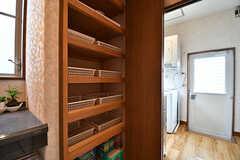 棚の中にも洗剤などを収納できます。(2017-02-06,共用部,BATH,1F)
