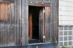 門には小さな出入口があり、普段はこちらを使用します。(2011-03-26,周辺環境,ENTRANCE,1F)