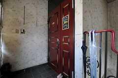 シェアハウスの玄関ドアの様子。(2011-03-26,周辺環境,ENTRANCE,3F)