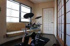 ドラムセットは入居者さんの私物です。(2011-03-26,共用部,OTHER,4F)