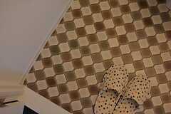 床は玄関と同じ模様。(2014-10-15,共用部,TOILET,2F)
