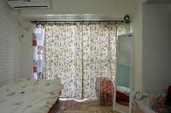 窓にカーテンが入ると一気に雰囲気が変わります。備品は入居者さんの私物です。(203号室)(2014-10-15,専有部,ROOM,2F)