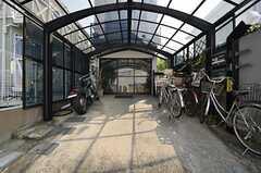 シェアハウスの玄関はガラス戸の奥にあります。(2014-10-16,周辺環境,ENTRANCE,1F)