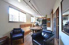 リビングの様子2。奥にキッチンがあります。(2014-10-16,共用部,LIVINGROOM,1F)