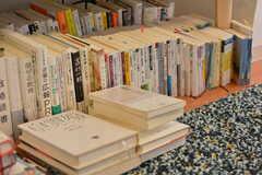 入居者さんの本がたくさん並んでいます。(2018-06-12,共用部,LIVINGROOM,3F)