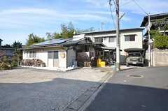 シェアハウスの外観。奥に母屋、手前に工房があります。(2015-11-05,共用部,OUTLOOK,1F)