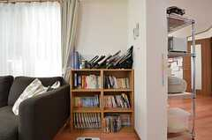 本棚の様子。マンガや雑誌、小説などが並びます。(2015-11-05,共用部,LIVINGROOM,1F)