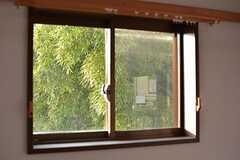 窓いっぱいの緑。(205号室)(2015-11-05,専有部,ROOM,2F)