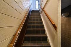 階段を上がると玄関があります。(2020-12-01,周辺環境,ENTRANCE,1F)