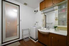 脱衣室の様子。洗面台と洗濯機が設置されています。(2020-12-01,共用部,BATH,2F)