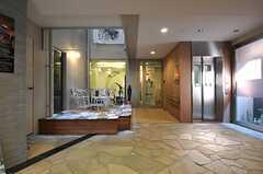 エントランス・ホールの様子。右手にエレベーターがあります。(2011-11-26,周辺環境,ENTRANCE,1F)