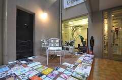 エントランス・ホールにはフリーペーパーや雑誌などが置かれています。(2011-11-26,周辺環境,ENTRANCE,1F)